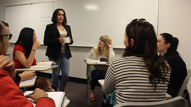 Jennifer Ortiz discusses wrongful convictions with a group of students.