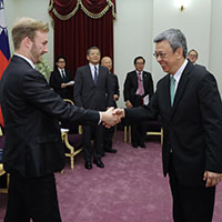 Roger Howard shakes hands with Vice President of Taiwan
